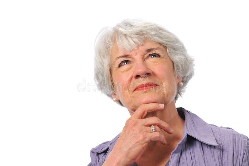 lady som ser pensionären som tänker upp royaltyfria foton