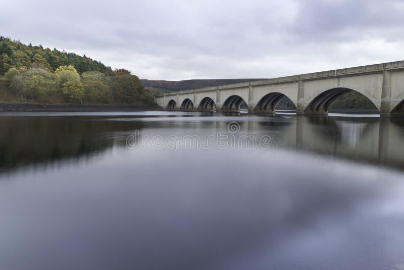 Ladybower rezerwuaru wiadukt w szczytowym okręgu, uk obraz royalty free