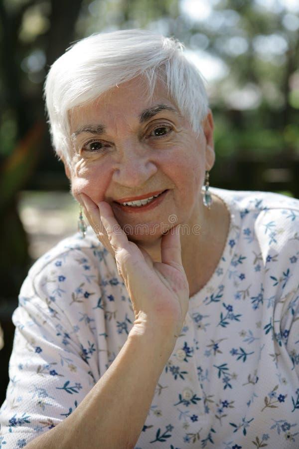 ladyen kopplar av pensionären arkivfoto