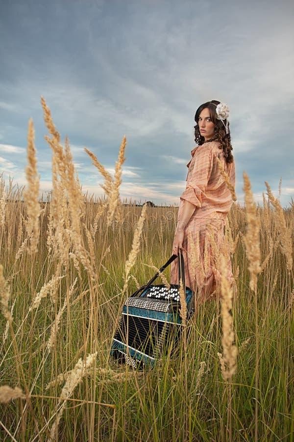 Ladymusiker med dragspel arkivbild