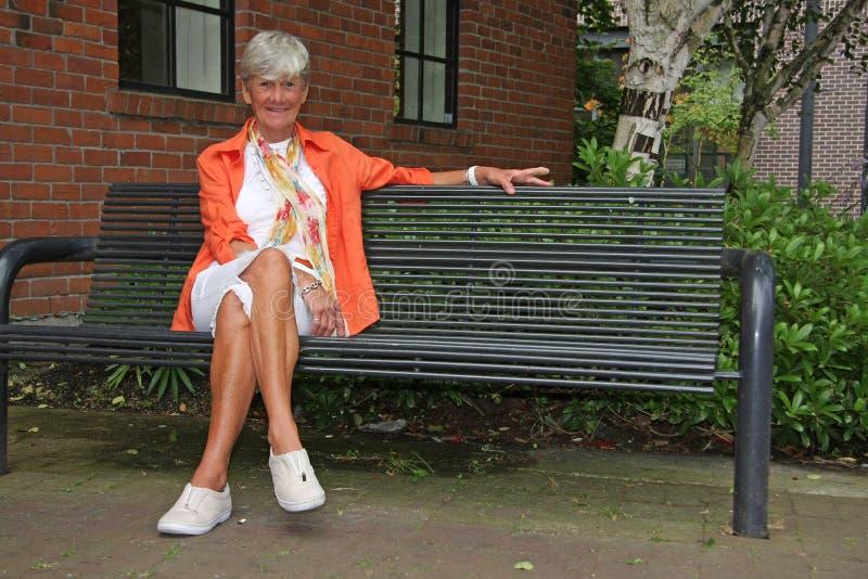 ladyparkpensionär royaltyfria foton