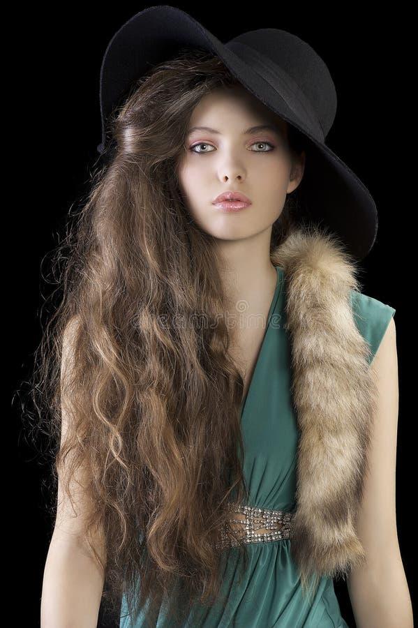 Ladyportrait sofisticado con la piel y el sombrero foto de archivo libre de regalías