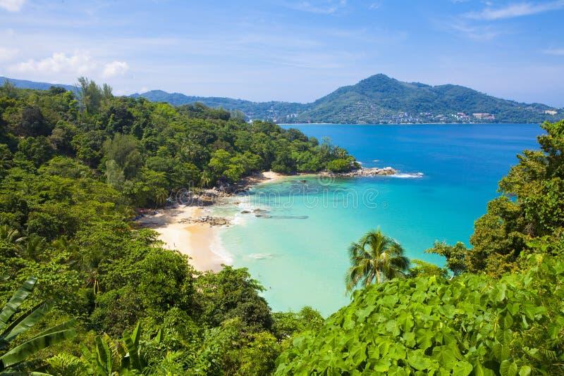 Laem allsångstrand som lokaliseras i Phuket, royaltyfria foton