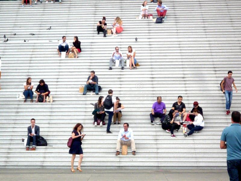Laförsvar, Paris, Frankrike, Augusti 20 2018: folk som sitter och går på trappan av tusen dollarbågen arkivbild