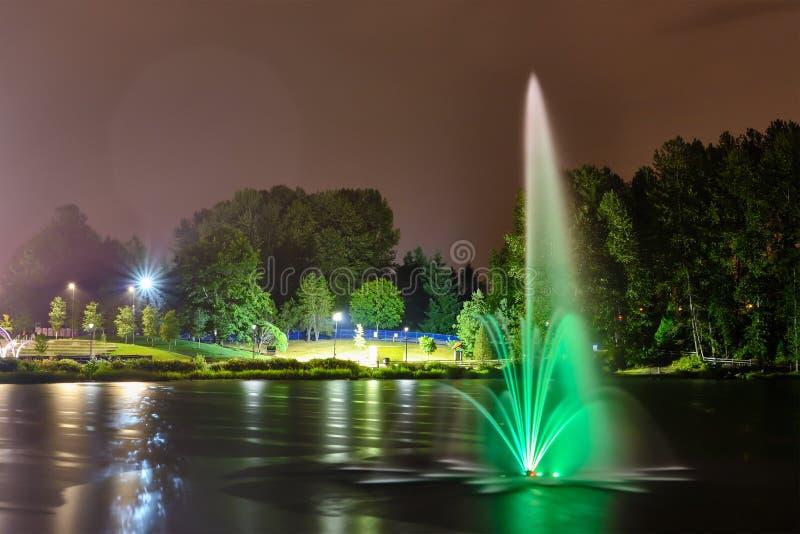Lafarge jawnego parka jeziorna fontanna w Coquitlam mieście, Wielki Vancouver, BC, Kanada zdjęcia stock