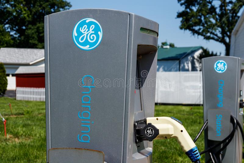 Lafayette - circa im Juli 2018: GE-Elektro-Mobil-Ladestation Die Ladestation bietet Neuladen von Elektro-Mobilen VI an stockfoto