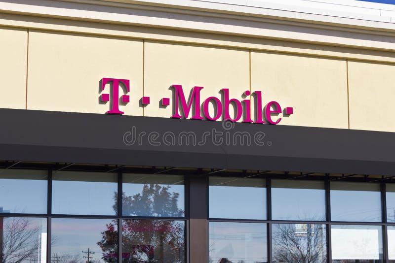 Lafayette, IN- circa novembre 2015: Deposito senza fili dettagliante di T-Mobile fotografie stock libere da diritti