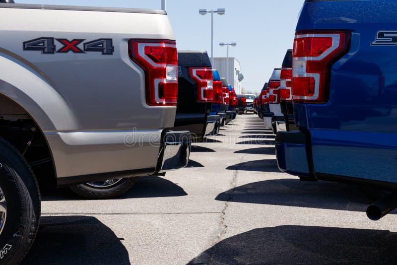 Lafayette - Około Kwiecień 2018: Miejscowego Ford ciężarówki i samochodu przedstawicielstwo handlowe Ford sprzedaje produkty pod  zdjęcia stock
