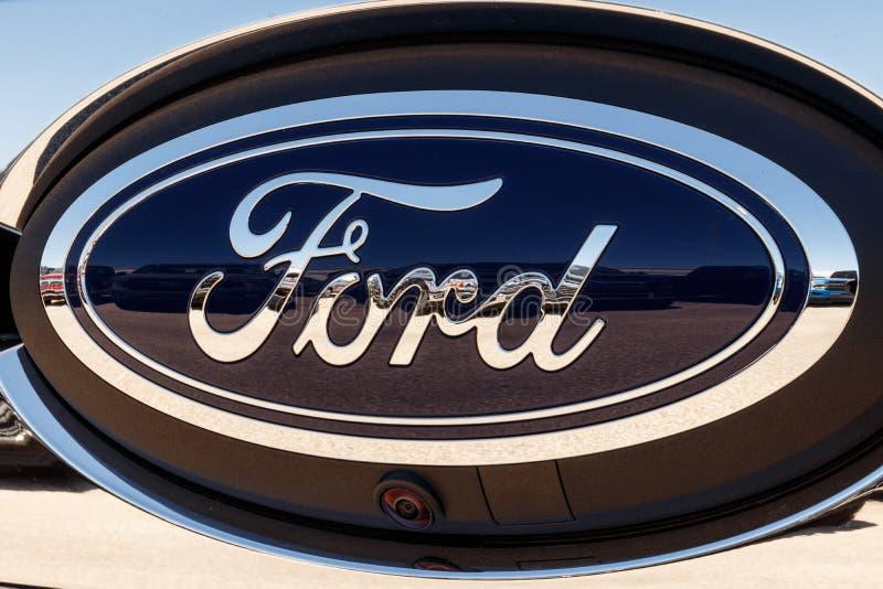Lafayette - vers en avril 2018 : Logo de porte à rabattement arrière de Ford Oval sur F-150 un camion pick-up XIV photographie stock libre de droits