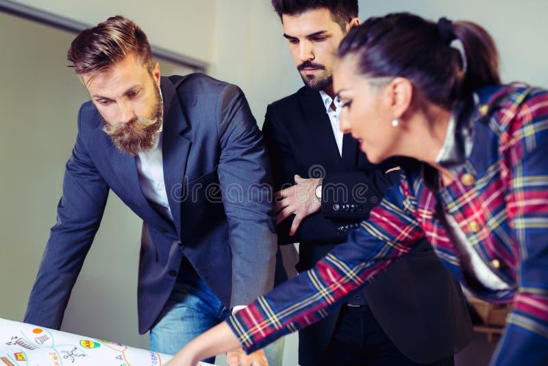 Lag av affärsfolk som har ett möte i kontoret arkivbilder
