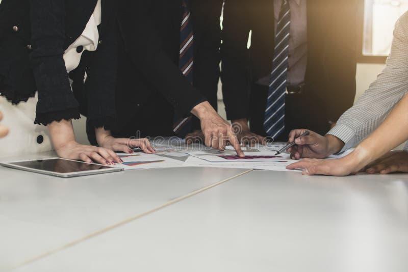 Lag av affärsfolk som planerar och ser på att arbeta och fina royaltyfria bilder