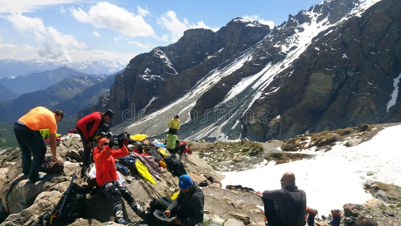 Lag av alpinister på att klättra expedition i ett berg till Mont Blanc arkivbild
