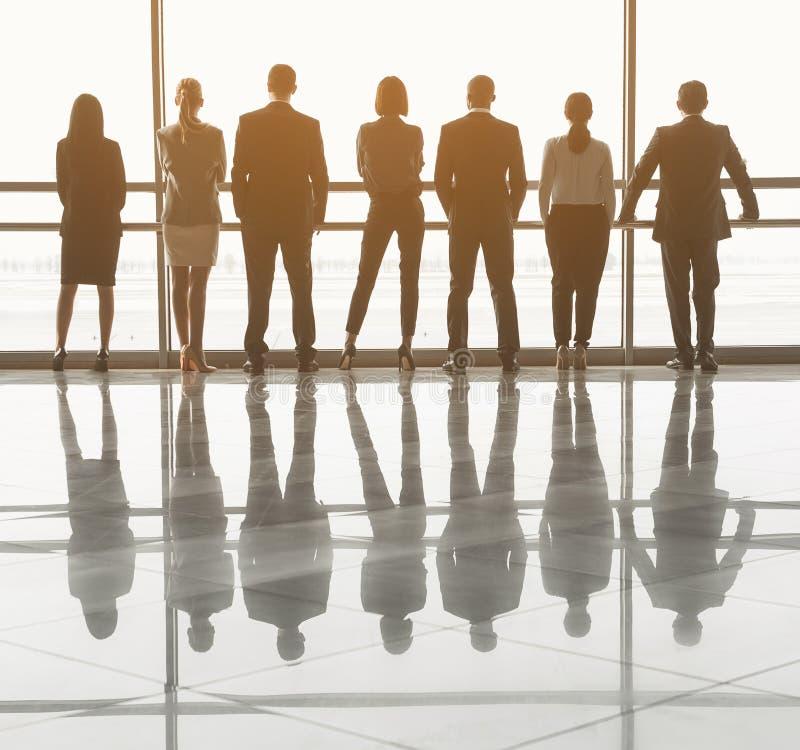 Lag av anställda som väntar på konferensen i korridor royaltyfria foton