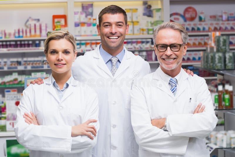 Lag av apotekare som ler på kameran fotografering för bildbyråer