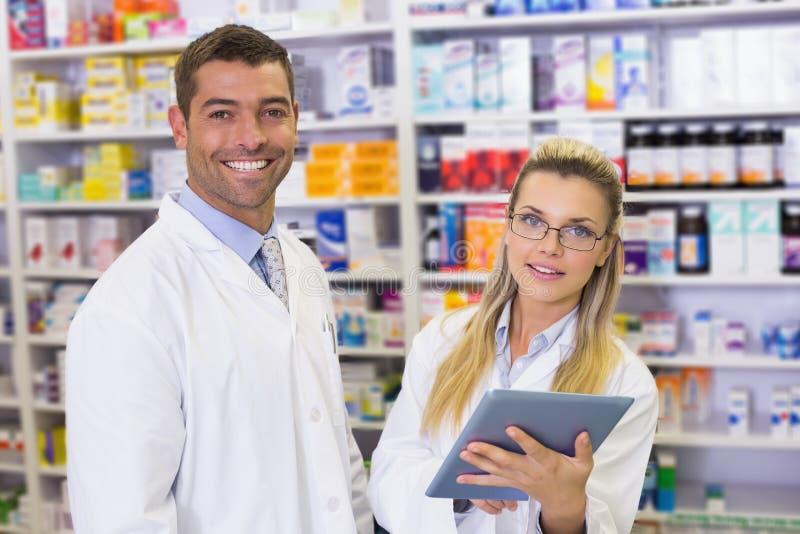 Lag av apotekare som ser bärbara datorn arkivfoton