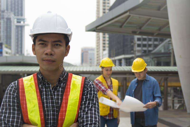 Lag av arkitekturer som står på konstruktionsplatsen som ser p arkivfoton