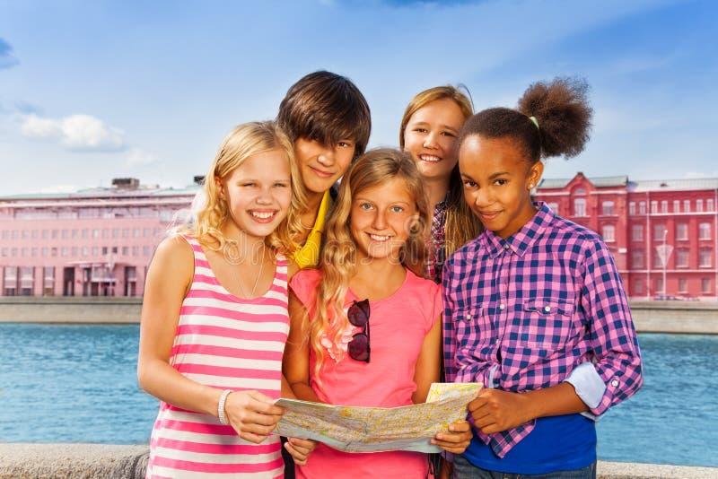 Lag av barn med översikten som tillsammans står royaltyfria foton
