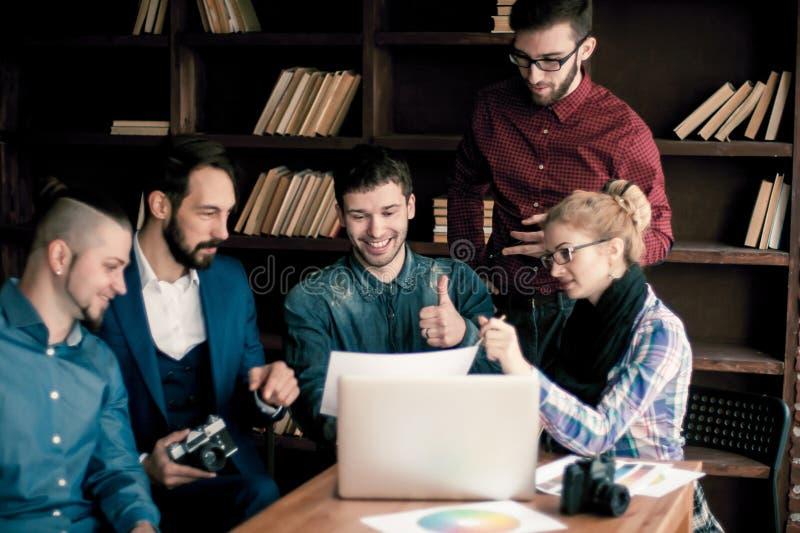 Lag av copywriter som diskuterar ett nytt advertizingprojekt fotografering för bildbyråer