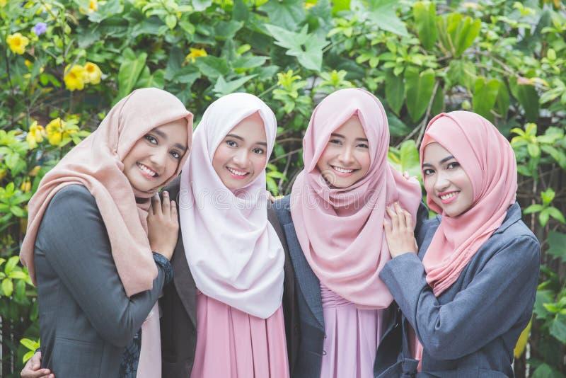 Lag av den asiatiska muslimaffärskvinnan royaltyfri foto