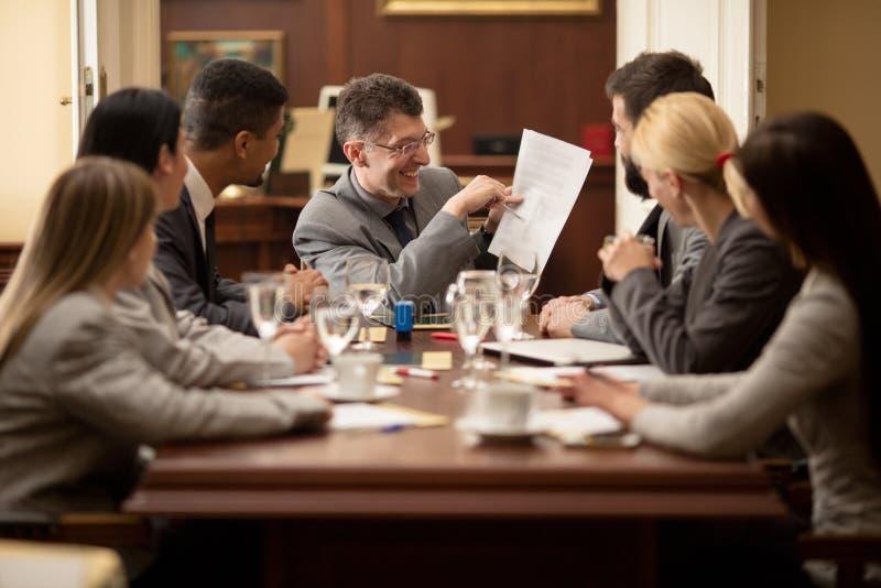 Lag av den lyckade advokaten eller affärsmannen på ett möte i av arkivbild
