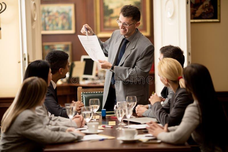 Lag av den lyckade advokaten eller affärsmannen på ett möte i av royaltyfria bilder