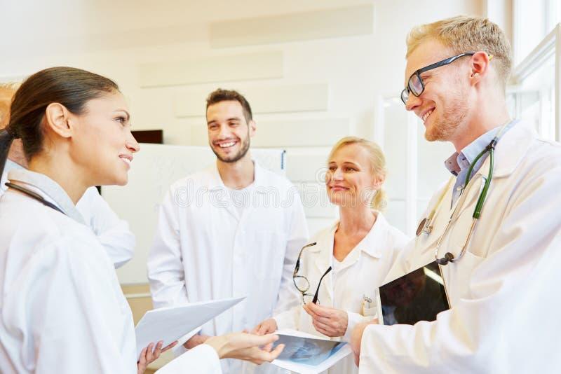 Lag av doktorer i möte royaltyfri fotografi