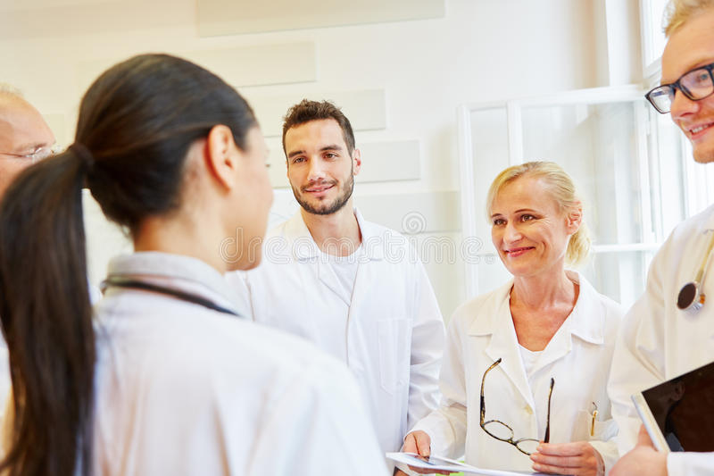 Lag av doktorer i möte som teamworkbegrepp royaltyfri foto