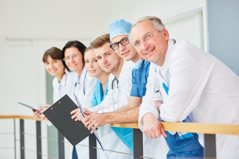 Lag av doktorer med erfarenhet royaltyfria bilder