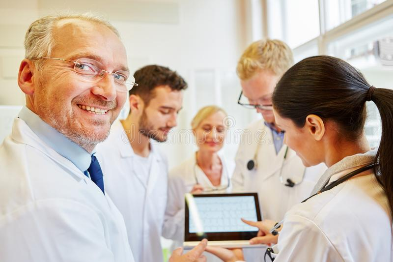 Lag av doktorer som förbereder diagnostik arkivbild