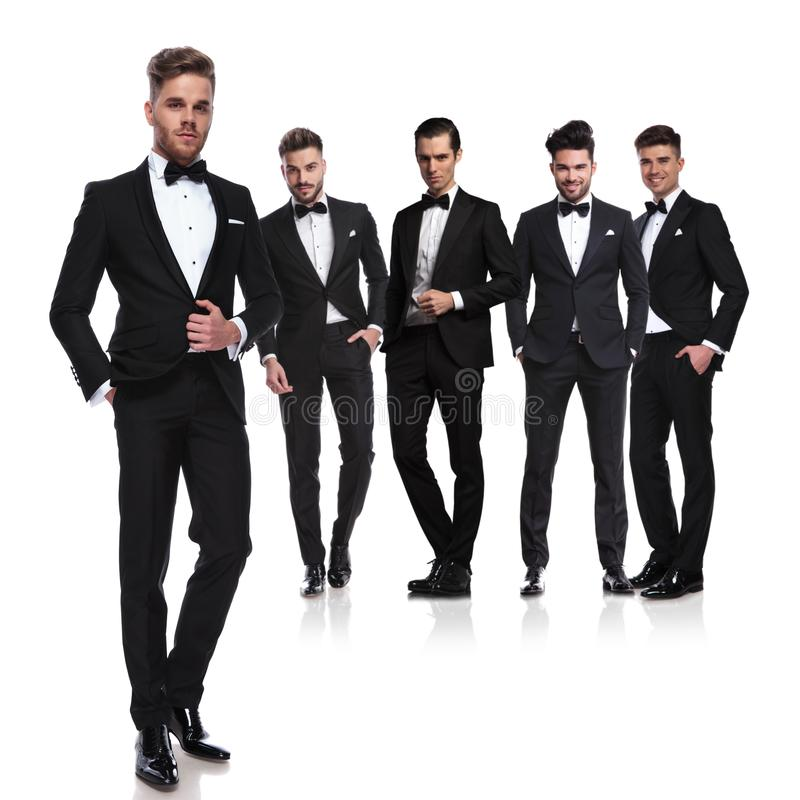 Lag av fem groomsmen i tuxedoes med den främsta ledaren royaltyfri foto