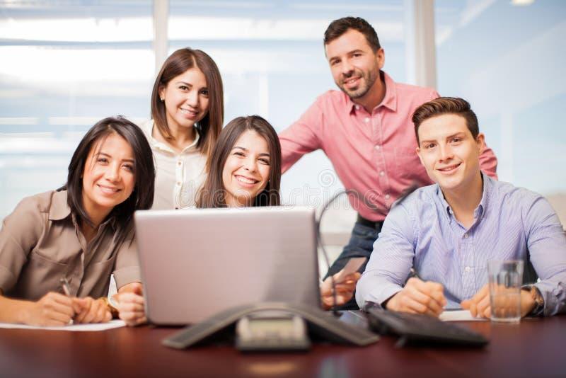 Lag av fem personer på arbete royaltyfri bild