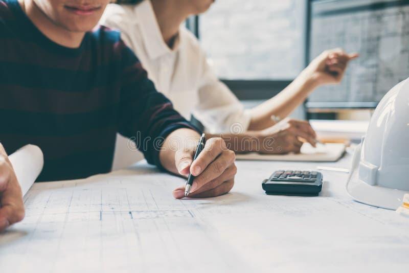 Lag av händer för konstruktionsteknik som eller arkitektarbetar på ritningkontroll i arbetsplatsen, teckning och skissar möte arkivbild