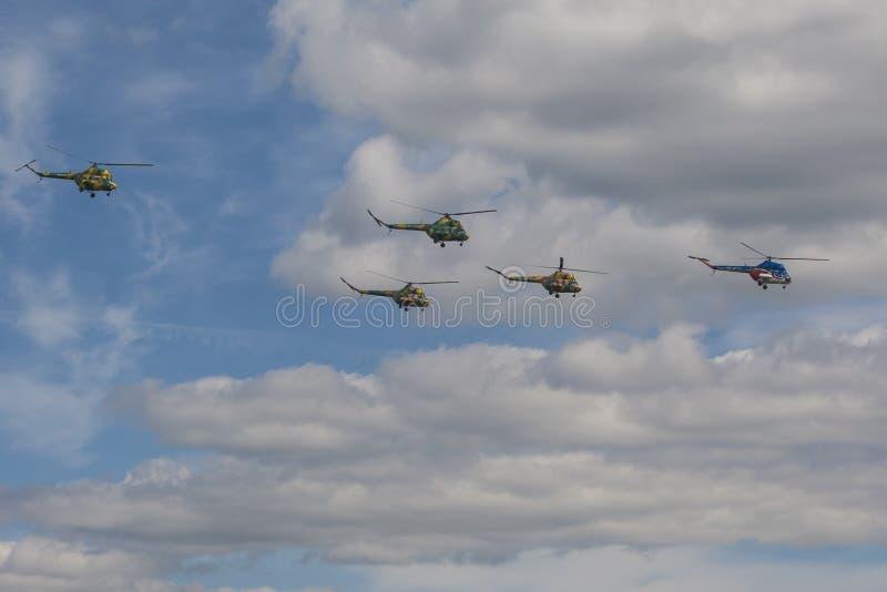 Lag av helikoptrar som MI-2 framme utför beståndsdelar i luft av åskådare under flygsporthändelse royaltyfria bilder