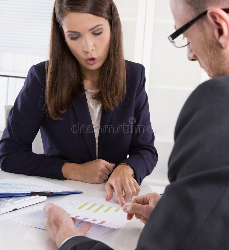 Lag av lyckat affärsfolk i ett möte royaltyfria bilder