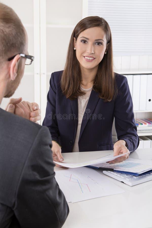 Lag av lyckat affärsfolk i ett möte arkivbild