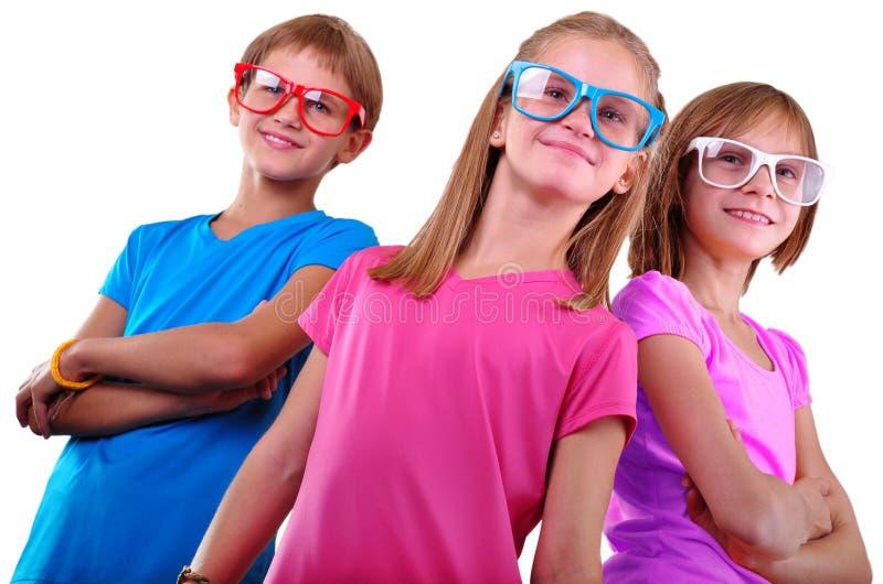 Lag av lyckliga barn som bär glasögon som isoleras över vit royaltyfri foto