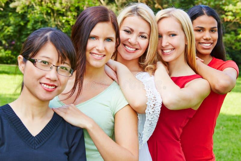 Lag av lyckliga kvinnor i natur arkivfoton
