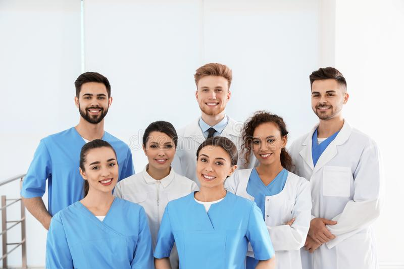 Lag av medicinska arbetare i sjukhus arkivfoto