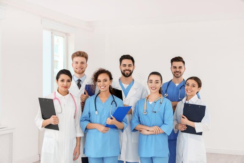 Lag av medicinska arbetare i sjukhus royaltyfria bilder