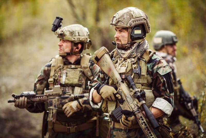 Lag av soldater som är förlovade i utforskningområdet arkivfoto