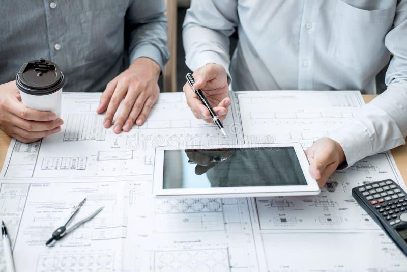 Lag av teknik- eller arkitektmötet och att diskutera på ritning och byggande modell, medan kontrollera information på att skissa arkivbilder