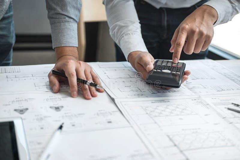 Lag av teknik- eller arkitektmötet och att diskutera på ritning och byggande modell, medan kontrollera information på att skissa fotografering för bildbyråer