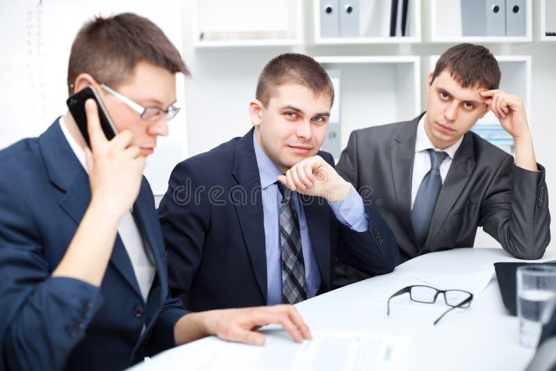 Lag av unga affärsmän som fungerar på kontoret arkivfoton