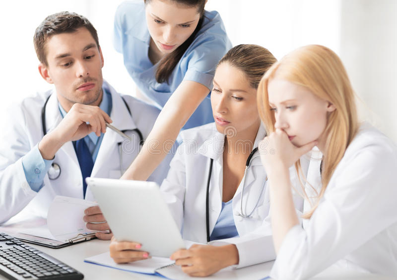 Lag eller grupp av att arbeta för doktorer royaltyfria foton
