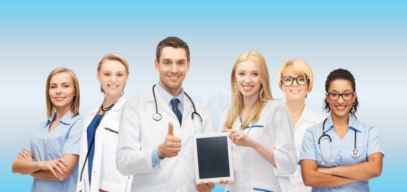 Lag eller grupp av doktorer med minnestavlaPCdatoren royaltyfria foton