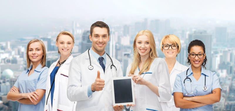 Lag eller grupp av doktorer med minnestavlaPCdatoren royaltyfria bilder