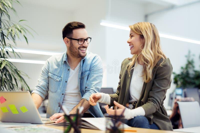 lag för affärskontor som fungerar tillsammans arkivbilder