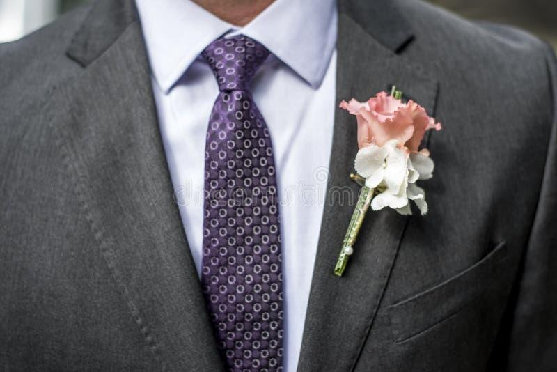 Lag för bröllop för brudgum för blomma för rosa färgrosboutonniere med bandskjortan royaltyfri foto