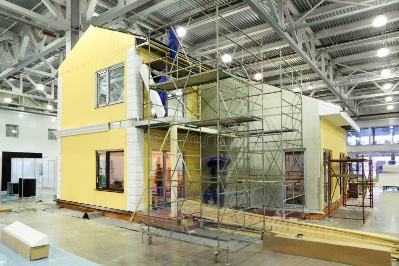 lag för byggandebyggmästarestuga royaltyfria bilder