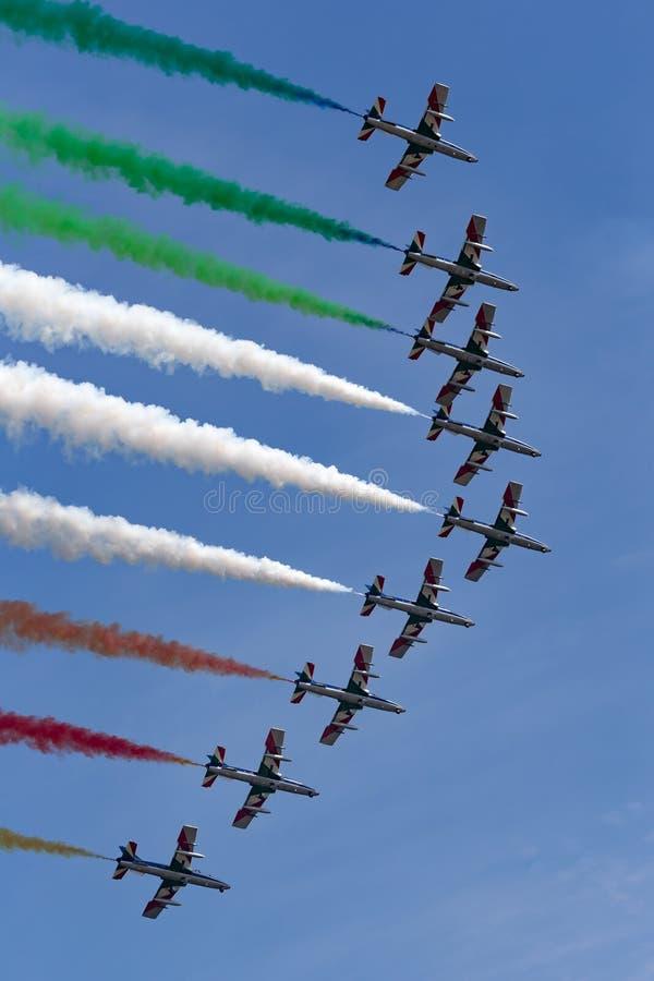 Lag för Frecce Tricolori bildandeskärm av det italienska flygvapnet Aeronautica Militare Italiana som flyger den Aermacchi MB-339 royaltyfria bilder